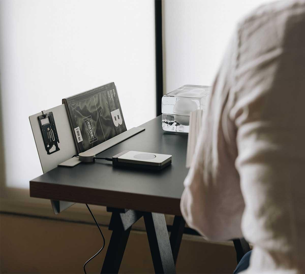 専用のマグネットケーブルホルダーでもっと便利に。デスクの書類を瞬時に片づけ、途中のタスクをすぐ再開できる「貼るデスクラック」|ZENLET The Rack(ゼンレット ザ ラック)