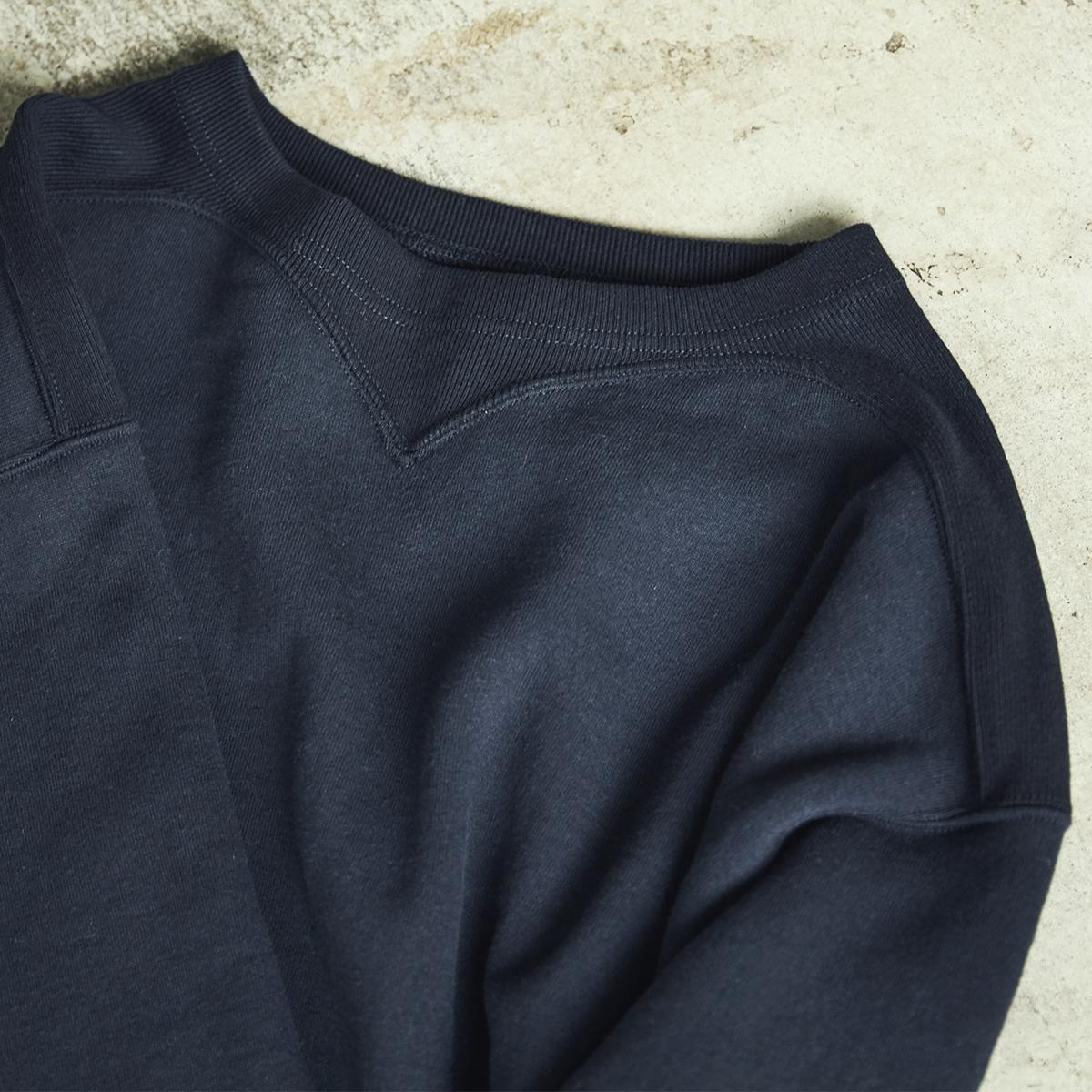 風合いを残したまま鮮やかに発色させたのが特徴。スポルディング社の名作から、現存していない「ブラック」をMade in Japanで「フットボールシャツ」|A.G. Spalding & Bros