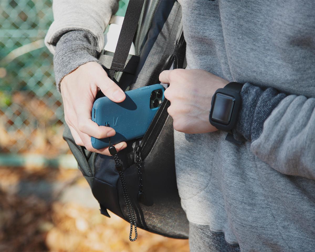 ① 隠しポケット|仕事と遊びの両方で活躍する、機能的ポケットもたっぷり。アウトドアレジャーでも活躍する防水バックパック|LANDER
