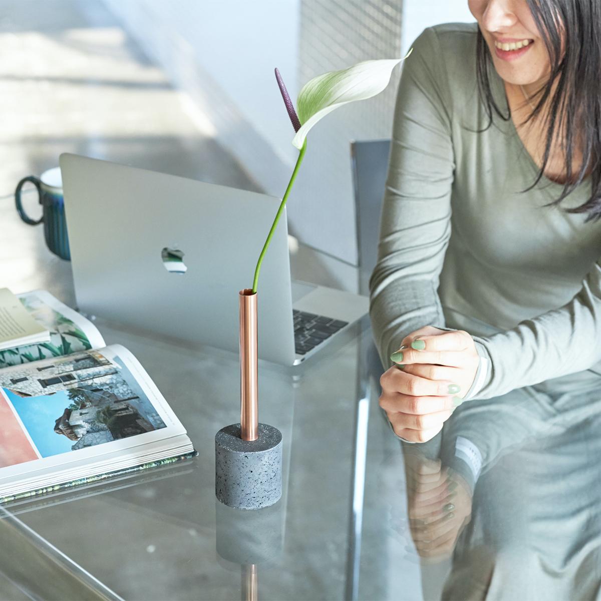 植物の知識も、生け花のセンスも要らない。あなたの一日に小さなゆとりが生まれる。無造作に挿すだけで「絵」になる、銅管の一輪挿し・花瓶・フラワーベース|BULBOUS
