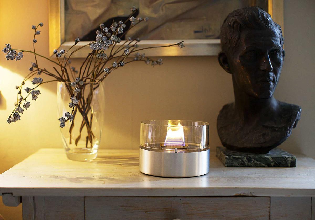 ダイニングテーブルの中央に置いて、食事やお酒を楽しめるミニマムなデザイン。玄関に置けば、「篝火(かがりび)」のようにゲストを迎えてくれる「オイルランプ」|TENDER FLAME(テンダーフレーム)