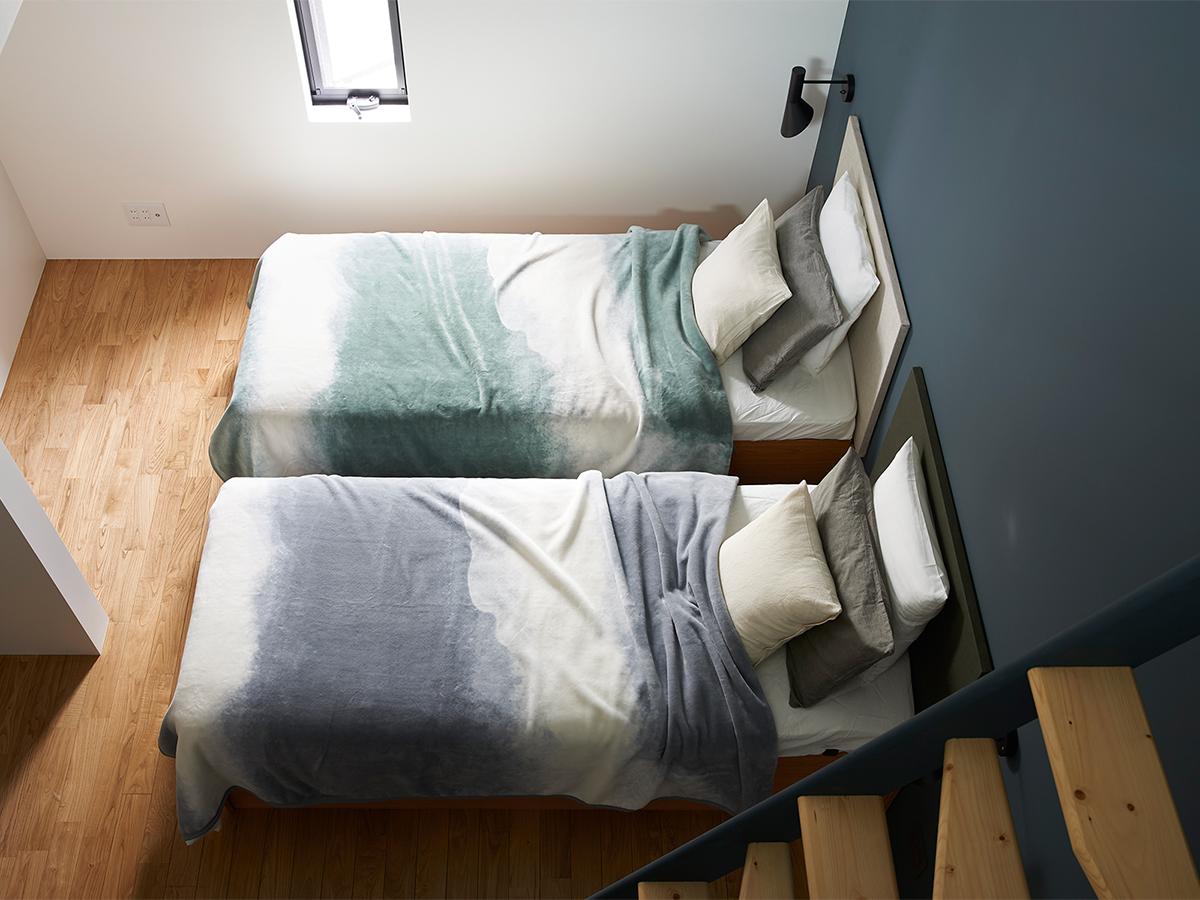 よく眠れる傾向があると言われているブルー系のベッドルーム。寝室の空間をセンスよくお洒落でスタイリッシュにしてくれる。肌触りと寝心地の良さで夏も冬も気持ちいい!ニューマイヤー織の綿毛布|FLOOD OF LIGHT(フルード オブ ライト、光の洪水)|LOOM&SPOOL