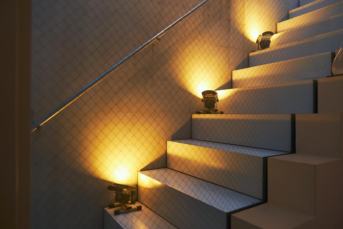 温かみある光のおかげで、ただの階段やシンプルな部屋も、雰囲気が高まる|上下左右に自在に動いて、部屋も庭もドラマチックに照らしてくれる。スマホ充電もできる「LEDスポットライト」|RECHARGE LIGHT