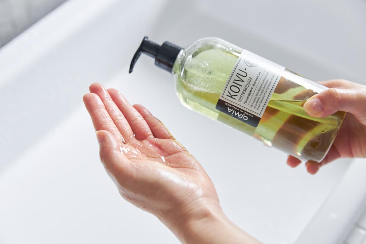 透明な薄グリーンの、「KOIVU(バーチ)」は白樺の若葉の香り|バスルームがフィンランドの森になる、「白樺の若葉」と「森の土」の香りのボディーソープ|OSMIA(オスミア)