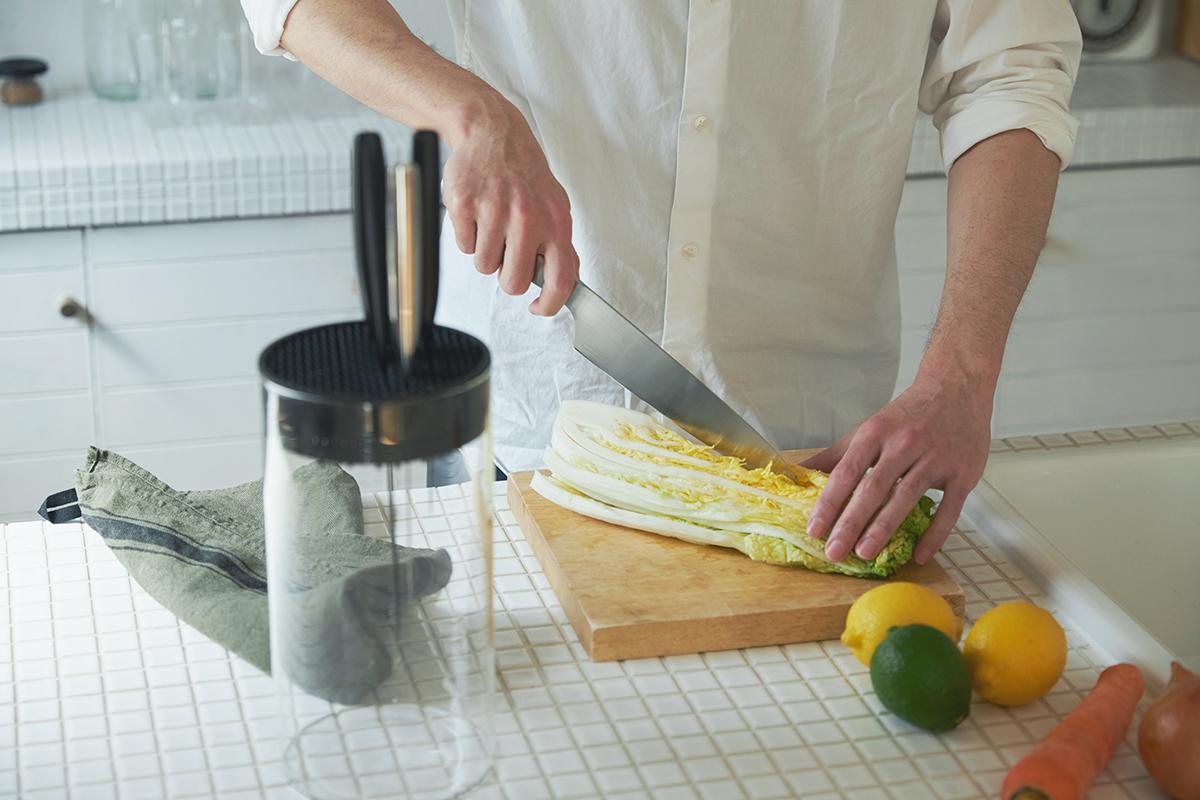 プロ仕様だけど、これから料理をはじめたい初心者の方にこそ、ぜひ使ってほしい包丁です。極薄刃でストレスフリーな切れ味、野菜・肉・魚に幅広く使える「包丁・ナイフ」 hast(ハスト)