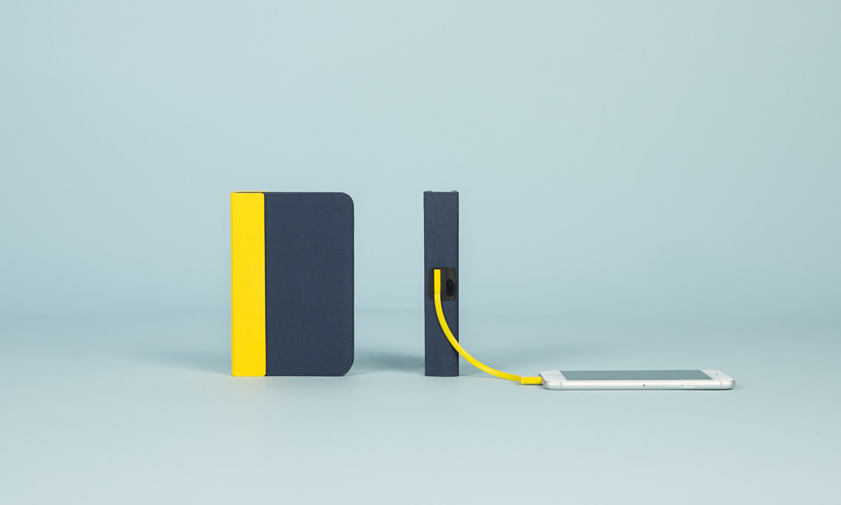 USB充電式なので、スマホも充電できるブックライト lumio ルミオ