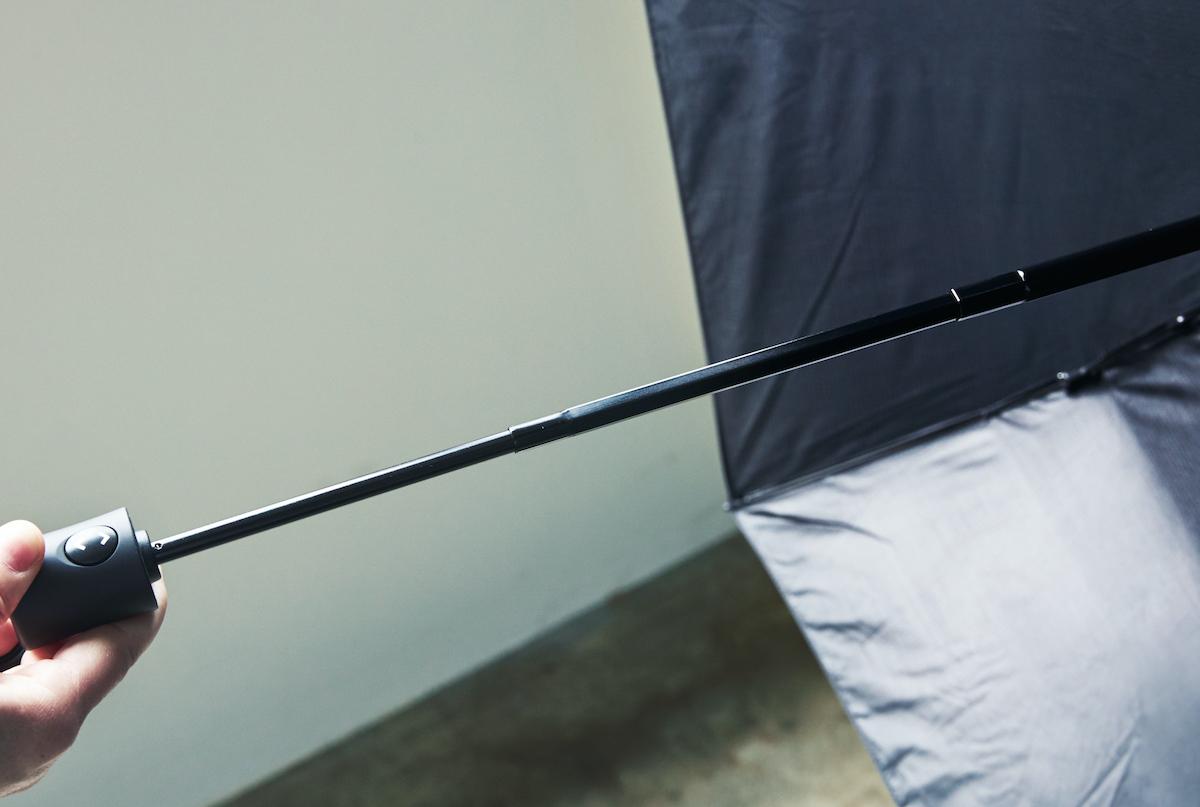 ③ スリムなシャフト|親指1本でカンタン開閉、なのに驚くほど軽い!風に強く、丈夫な構造の「ワンタッチ開閉式折りたたみ傘」|VERYKAL