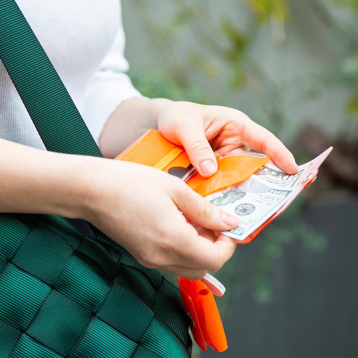 考え抜かれたムダのなさ、ミニマムな構造で出し入れしやすい。これひとつで、ジム・旅行・アウトドアへ!軽量&収納力の「ミニ財布」|SALLIES