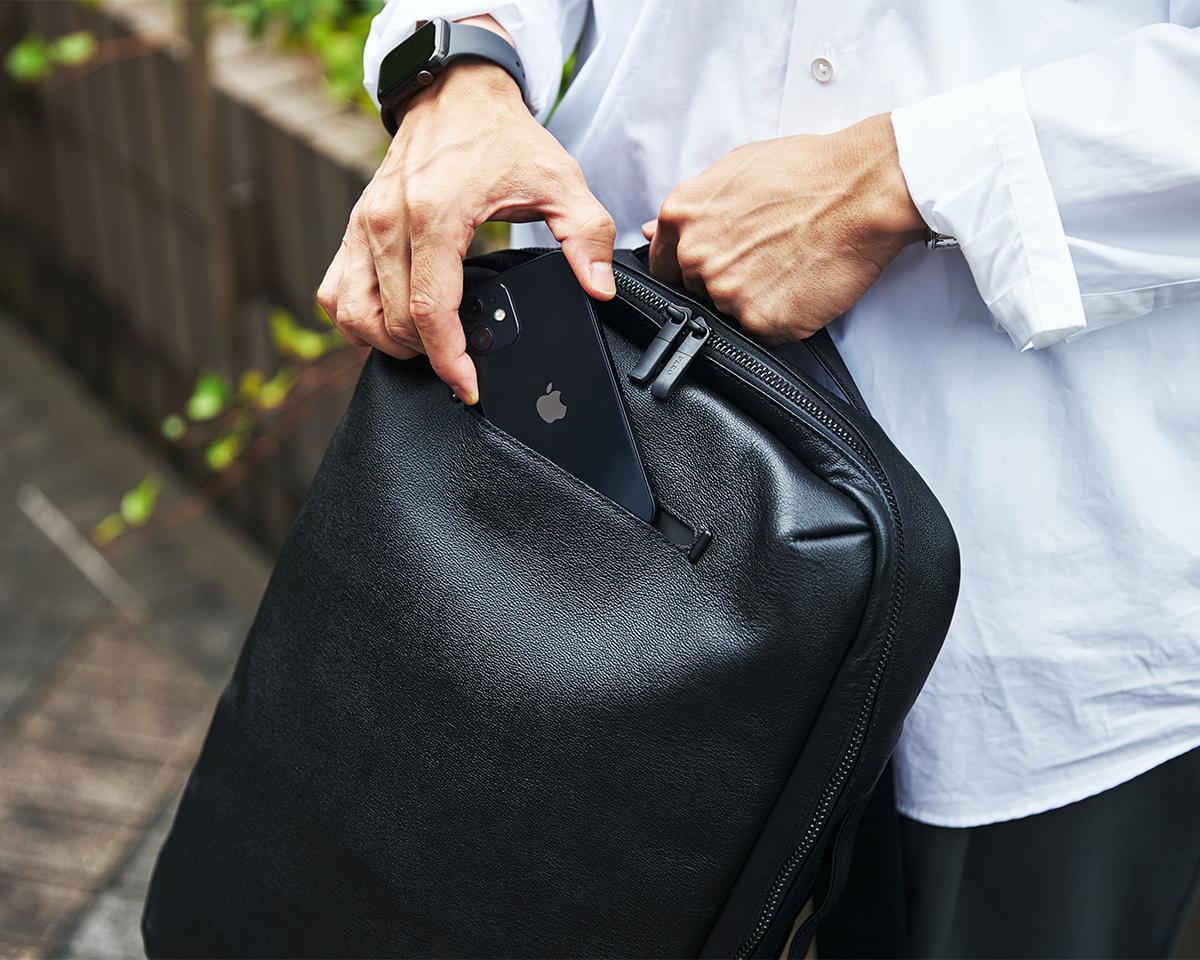 スマホやパスケースを出し入れしやすく落としにくい、隠しマグネット付きの外側オープンポケットのついた2WAYリュック|防水レザーバッグの新世代は、軽くてジェンダーレス。高機能な『FARO』の最新型防水レザーバッグ