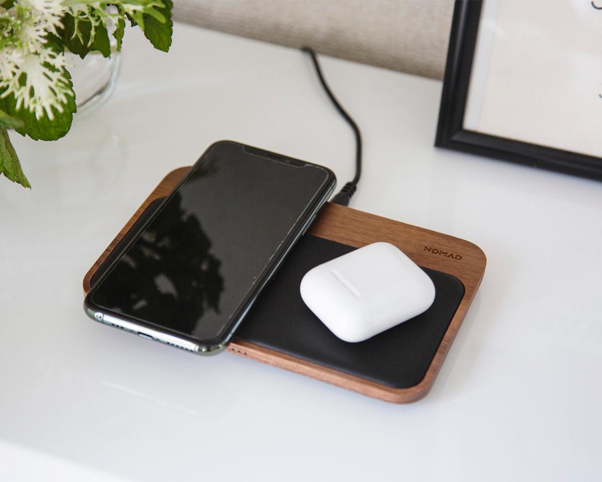 ご自宅では、家族のスマホと一緒に充電できる共有充電ベースとして重宝。iPhone、AirPodsを飾るようにまとめてチャージ、2つのUSBポートを備えたおしゃれな「ワイヤレス充電ベース」| NOMAD | Base Station