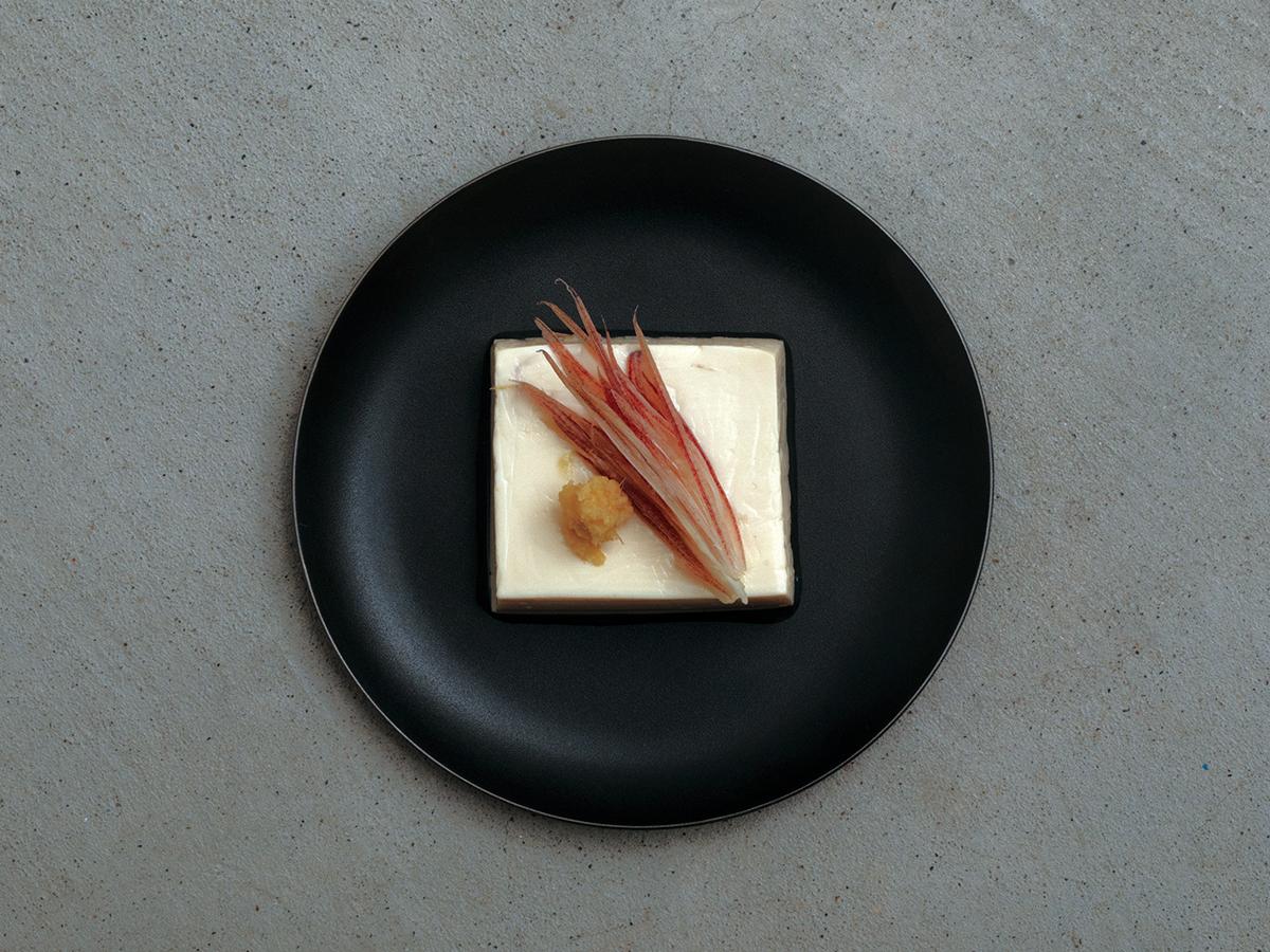 毎日使うことを考えて作られた、細やかな配慮が嬉しい。食材や料理の美味しさを引き立てる、落としても割れない、黒染めステンレスの食器(お皿) KURO(96)クロ