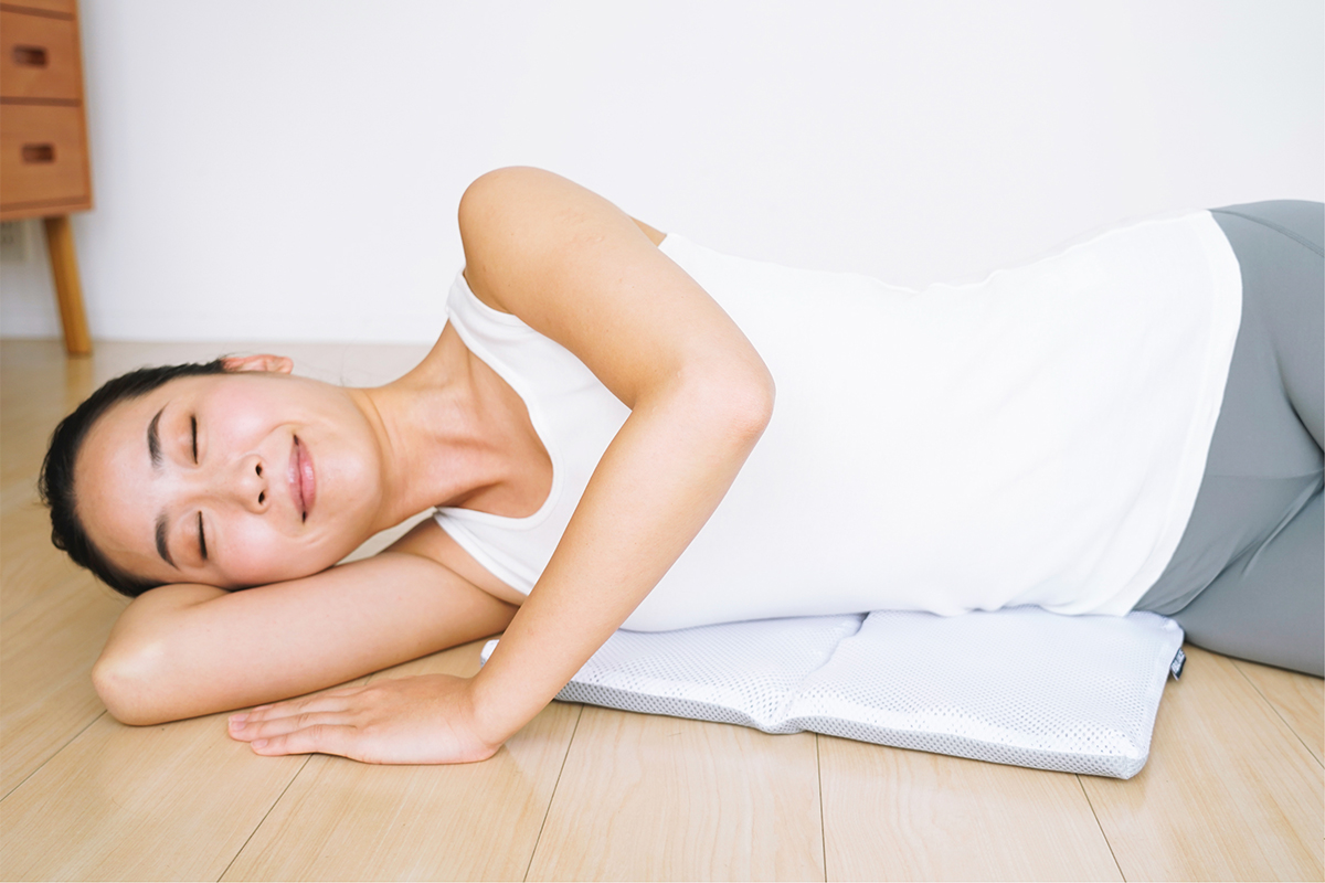 誰でも体を安定させて、ストレッチできる。長時間のデスクワークも気持ちいい!ポリエチレン樹脂を編んだ「弾力凹凸マット」|リカバリーマット