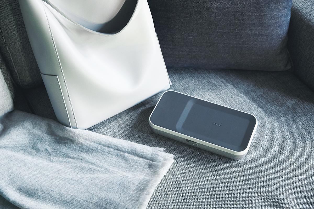 家のダイニングテーブルと、近所のカフェ、リモートワークにおすすめ。仕事道具を好みの配置で収納、ワイヤレス充電台つきの「ガジェットケース」|Orbitkey Nest(オービットキー ネスト)