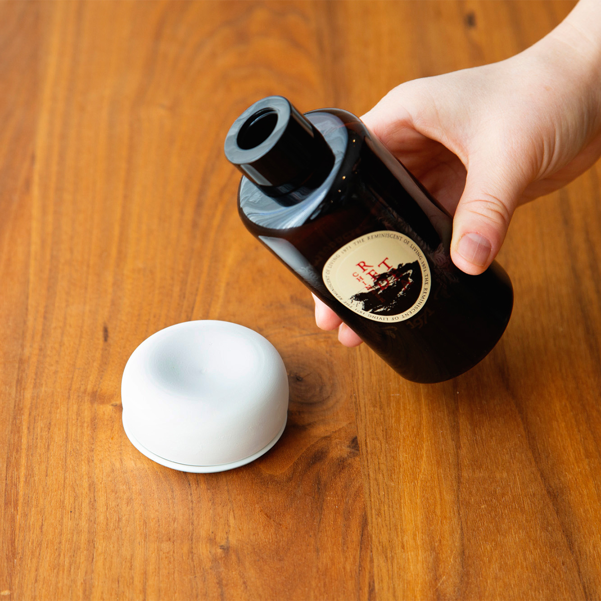 使い方|アルコールが飛んで香りが感じにくくなったら、軽石やアロマストーンに直接アロマオイルを垂らしてご活用ください。ディフューザー|タイ王室御用達のアロマブランド『KARMAKAMET(カルマカメット)』