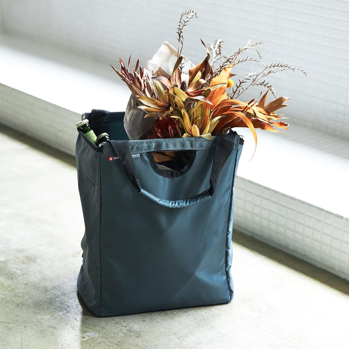 家からスーパーやマルシェ、道の駅へ、ガッツリ買い物に行く日の「メインエコバッグ」として、おすすめ。たためる金属フレーム入り!自立するから、柔らかいパンや葉物野菜、花を潰さない「箱型エコバッグ」|ADK Packworks