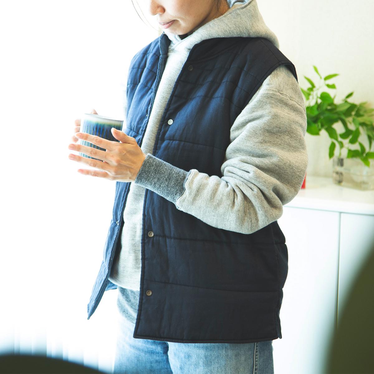 スウェットやパジャマの上にはおるだけで、冷えやすい背中や腰、肩がぬっくぬく。着るだけホッカホカの「中わた入りベスト」(インナーダウン)|IONDOCTOR(イオンドクター)