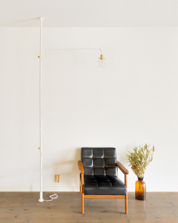 脚部分が細く、場所を取らないので、壁際やソファ、ベッドのすぐ近くに置くことができ照明とテーブルがセットできる「つっぱり棒」|DRAW A LINE ランプシリーズ