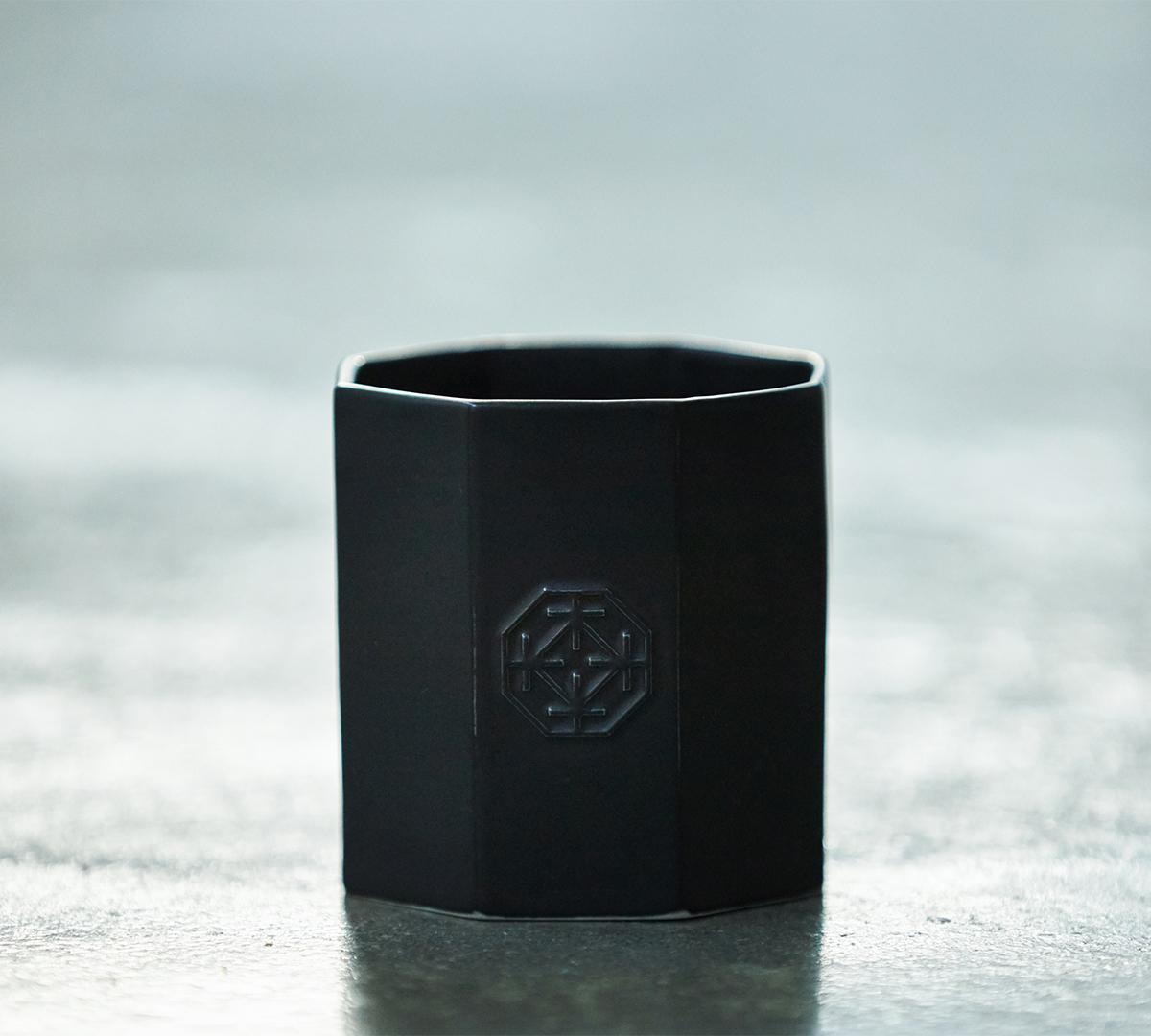 職人の手作業で製作するため、ひとつひとつ表情が異なる八角形の容器。穏やかな炎と心地いいヒノキの香りで、ゆったり癒しの時間を-センティッドキャンドル-KITOWA(キトワ)