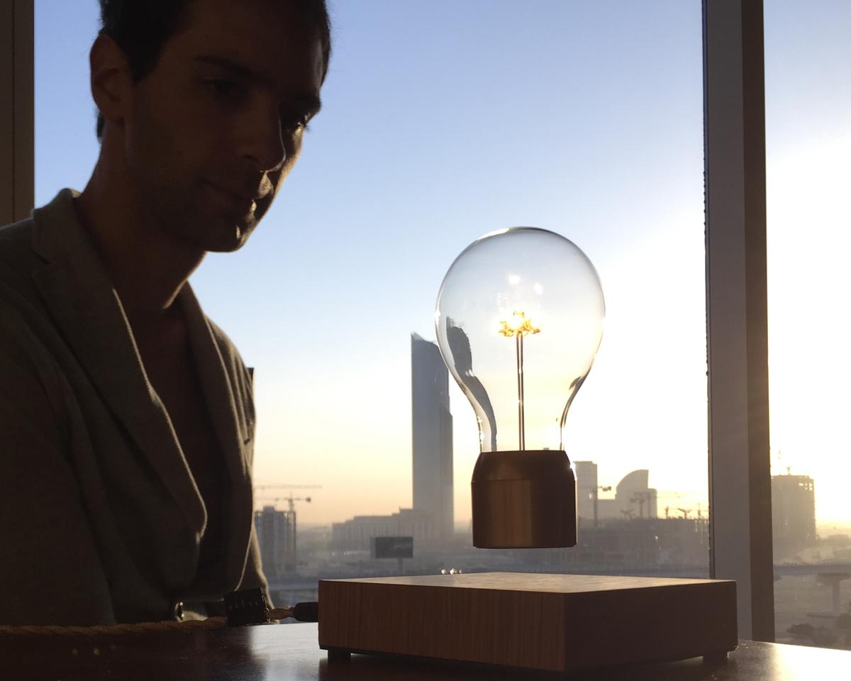 磁力で宙に浮くLED電球 | FLYTE