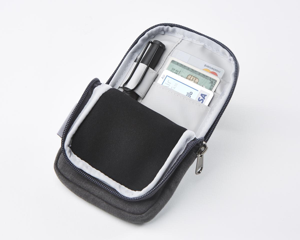 カードポケットが3つとペーンホルダー付き。隠しポケットから出し入れしやすいパスポートケース|RAWROW