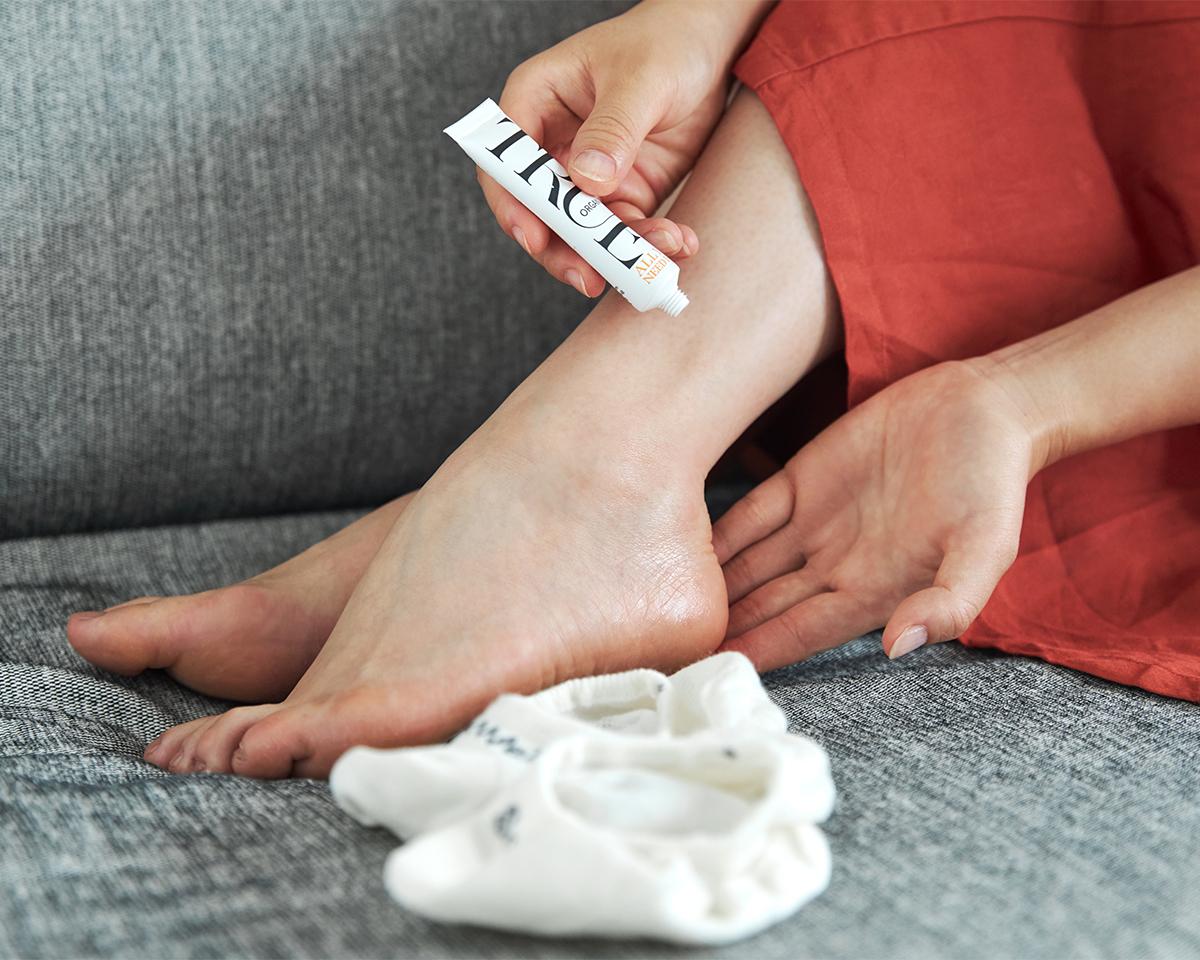 脱げやすさを軽減する3つの方法「かかとを保湿」|天然のエアコンと言われるメリノウールを使用。脱げにくく、ムレ知らずのフットカバー|Sockwell(ソックウェル)