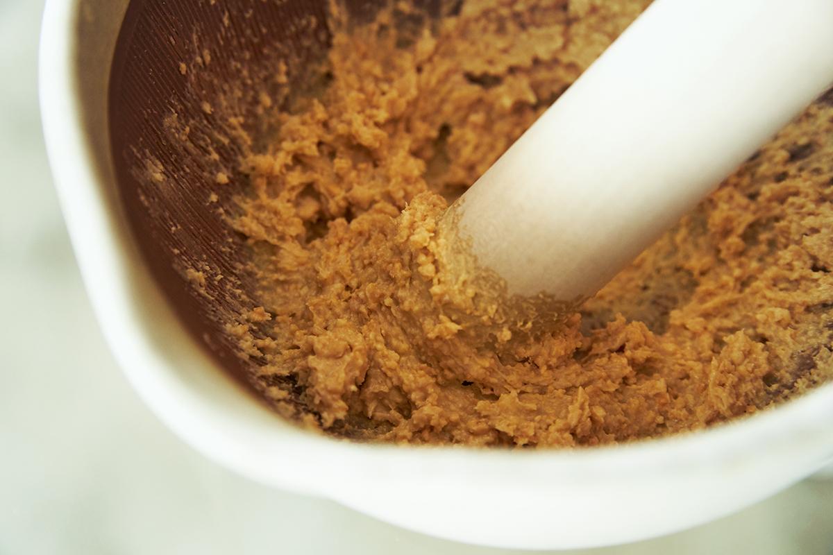 すり鉢調理の醍醐味は、その心地いい「音」とすり立てのフレッシュな「香り」です。鉢の中で玉子サンドやポテトサラダが完成!そのまま器になる石見焼のすり鉢とすりこぎ棒|もとしげ