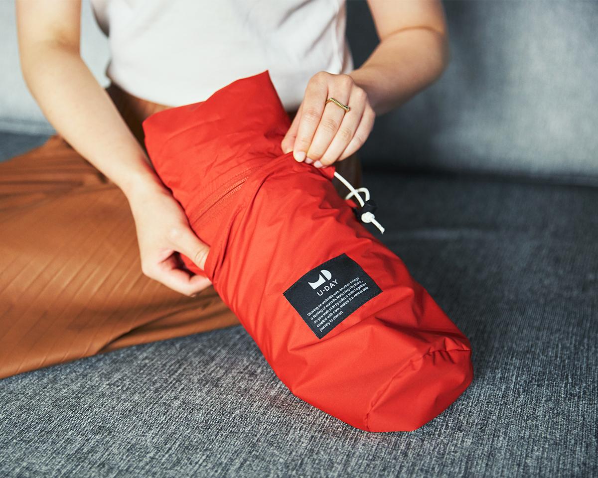 ざっくりたたんだポンチョを収納できる、大きめの収納袋つき。雨の日も両手フリー、濡れない、蒸れにくい「ポンチョ」|U-DAY PONCHO(ユーデイ ポンチョ)