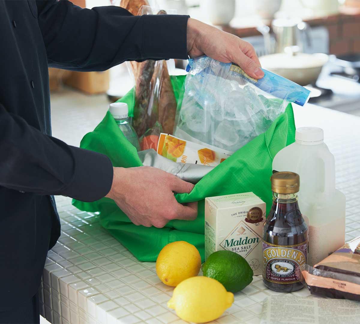エコバッグ感覚で小さくたためて、いつもの鞄に入れて持ち歩ける。ビールや冷凍肉もおいしさキープ、極薄素材で小さくたためる「保冷バッグ」|KATOKOA(カトコア)