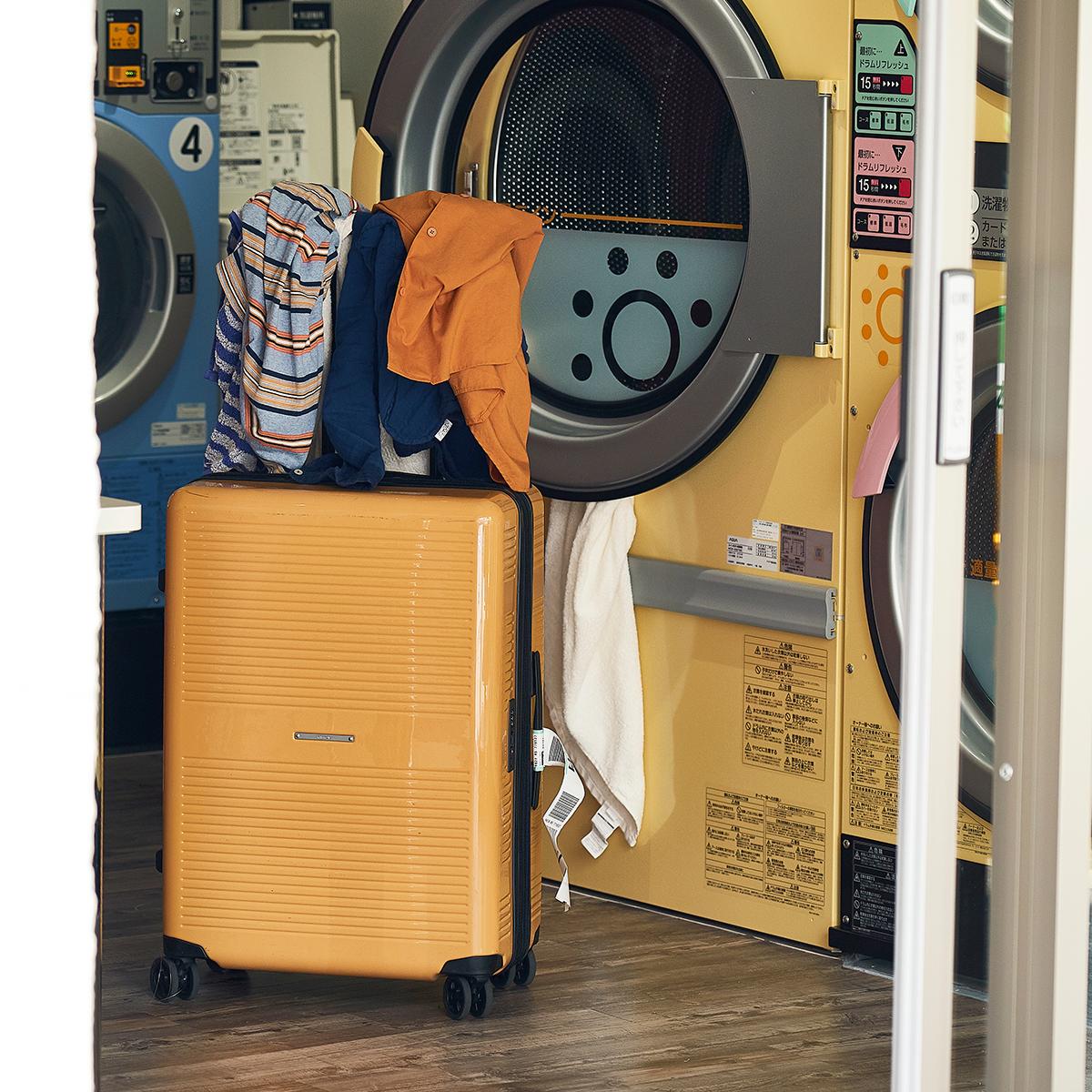 荷物を掛けられる「TTハンドル」だから荷物を置く場所がなくても安心。大小ふたつのサイズを「入れ子収納」できる、機内持ち込み用(37L)&長期旅行用(72L)スーツケースセット| RAWROW | R TRUNK LITE