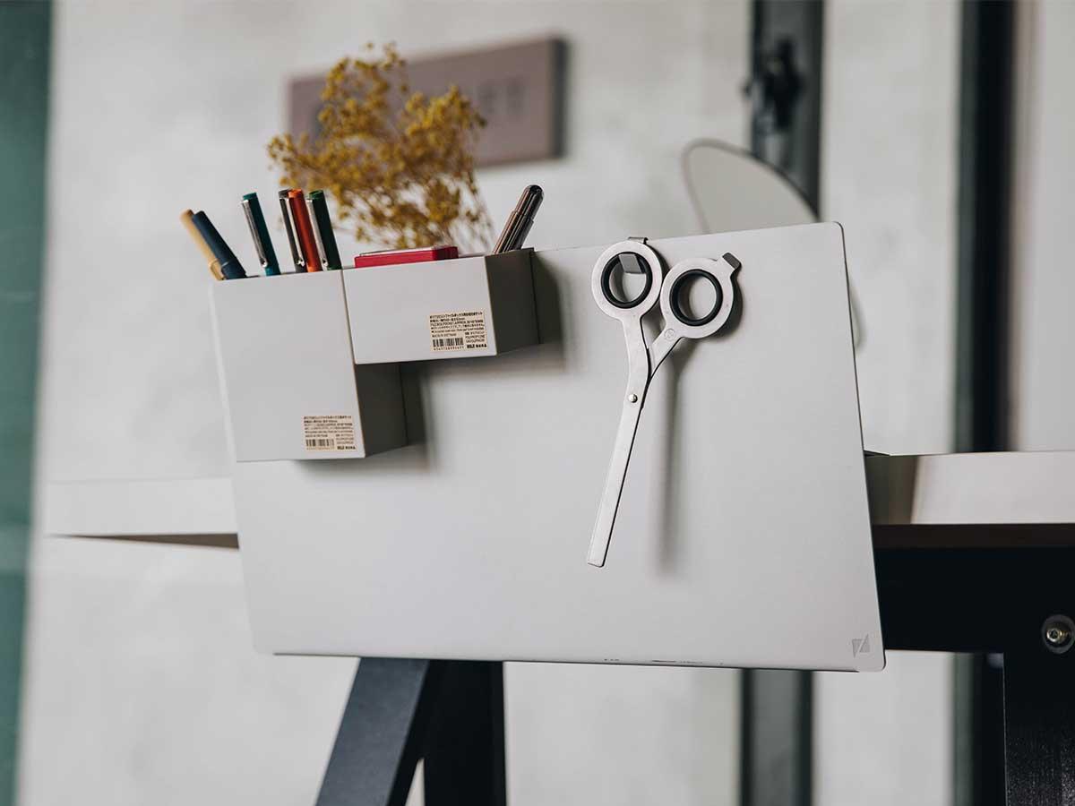 「フック」を使えば、カギやハサミといった小物をまとめたり、エコバッグを吊るしたり。デスクの書類を瞬時に片づけ、途中のタスクをすぐ再開できる「貼るデスクラック」|ZENLET The Rack(ゼンレット ザ ラック)