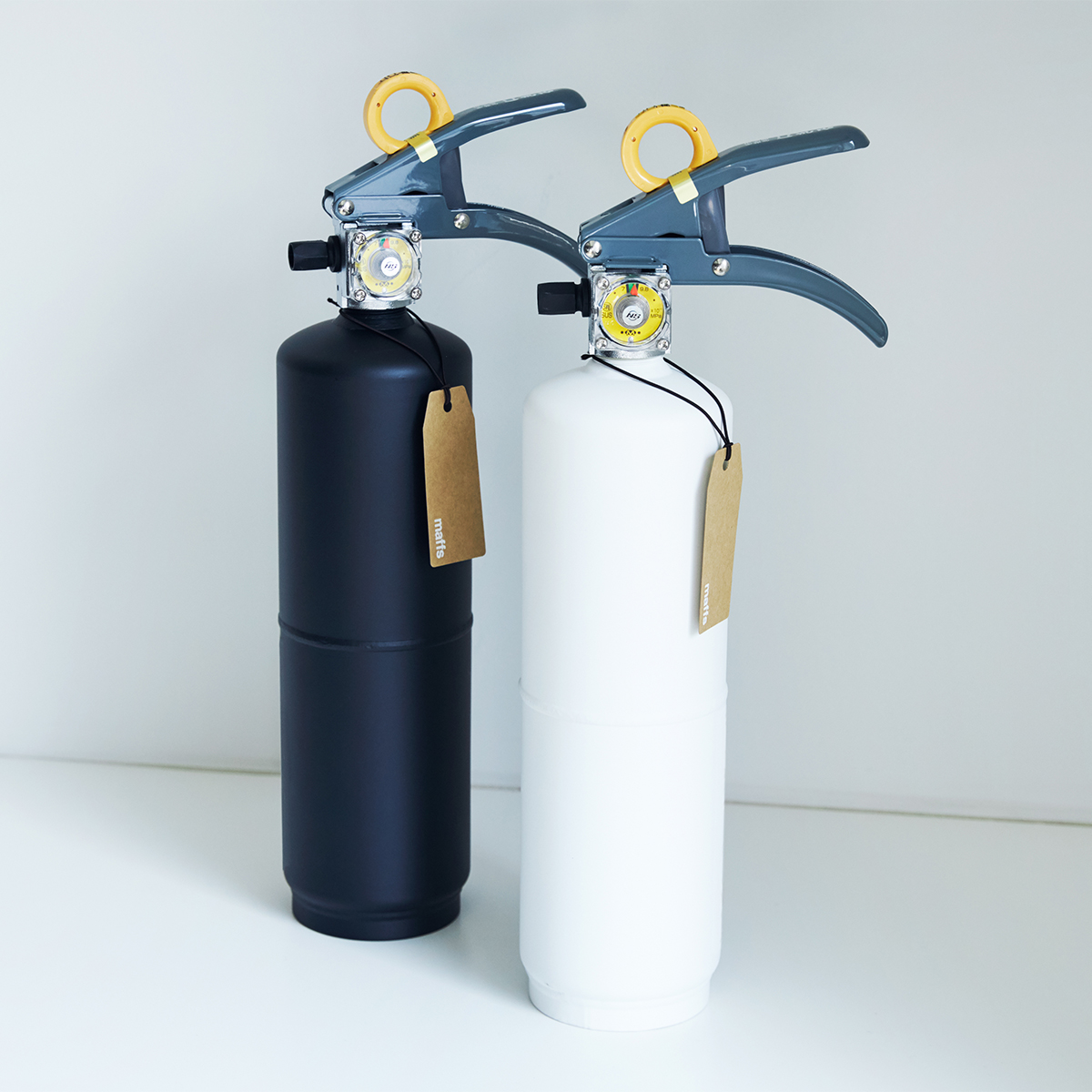 白か黒か、悩むのも楽しいデザイン防災。お酢が主成分の消火薬剤だから、後片付けがラク!玄関やリビングにも飾れる「モノトーンの住宅用消火器」|+maffs(マフス)