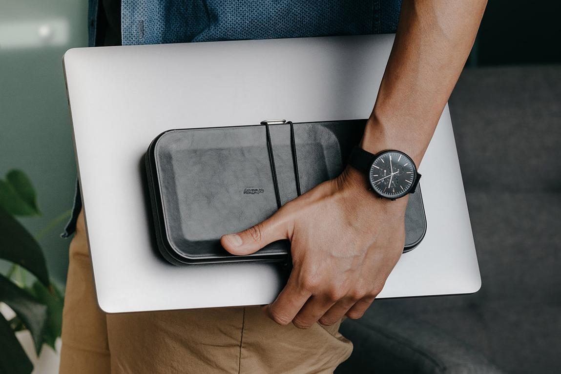 まるで、小さな「マイデスク」。ケースを開ければ、USBケーブルやマウス、タッチペン、イヤホンが、一目瞭然。仕事道具を好みの配置で収納、ワイヤレス充電台つきの「ガジェットケース」|Orbitkey Nest(オービットキー ネスト)