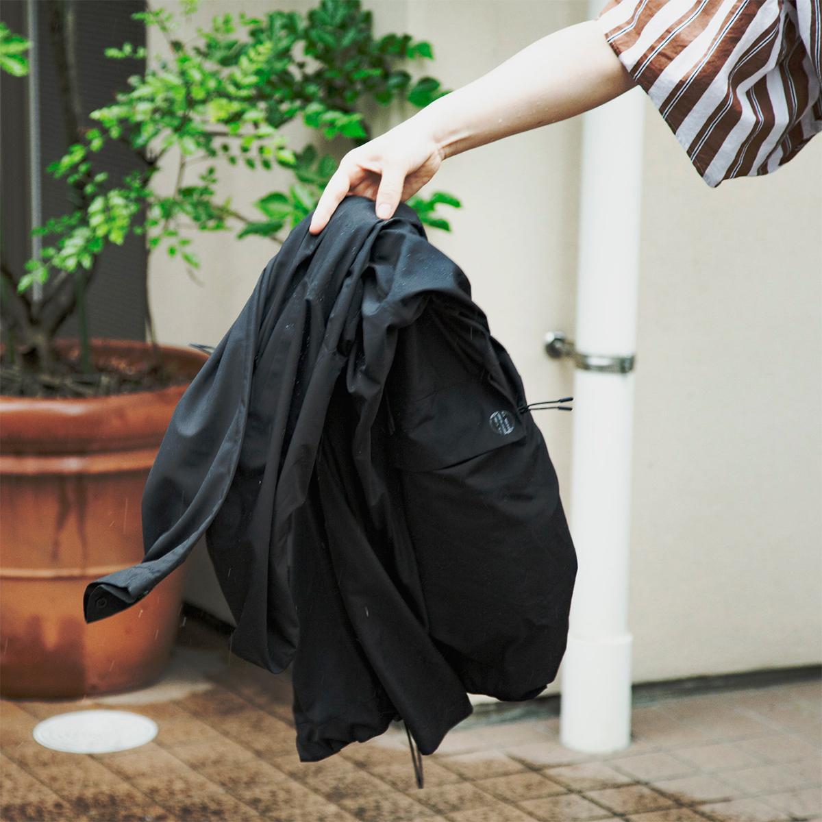 日中はサコッシュ、肌寒い朝晩はアウターに!さっと振りはらうだけでサラサラの状態を保てる高撥水生地の「バッグ一体型パーカー」| SANYO ENJIN