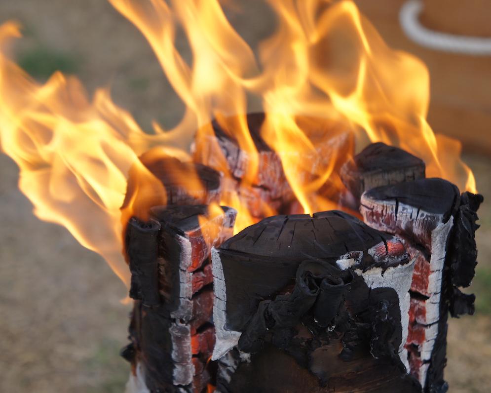 自然と解放されていく感覚に。カラダの緊張がじんわり和らいで、頭の芯までほぐれていく心地よさ。キャンドル一体型で一発着火、肉も焼ける「スウェディッシュトーチ」|Swedish Birch Candle(スウェディッシュ バーチ キャンドル)