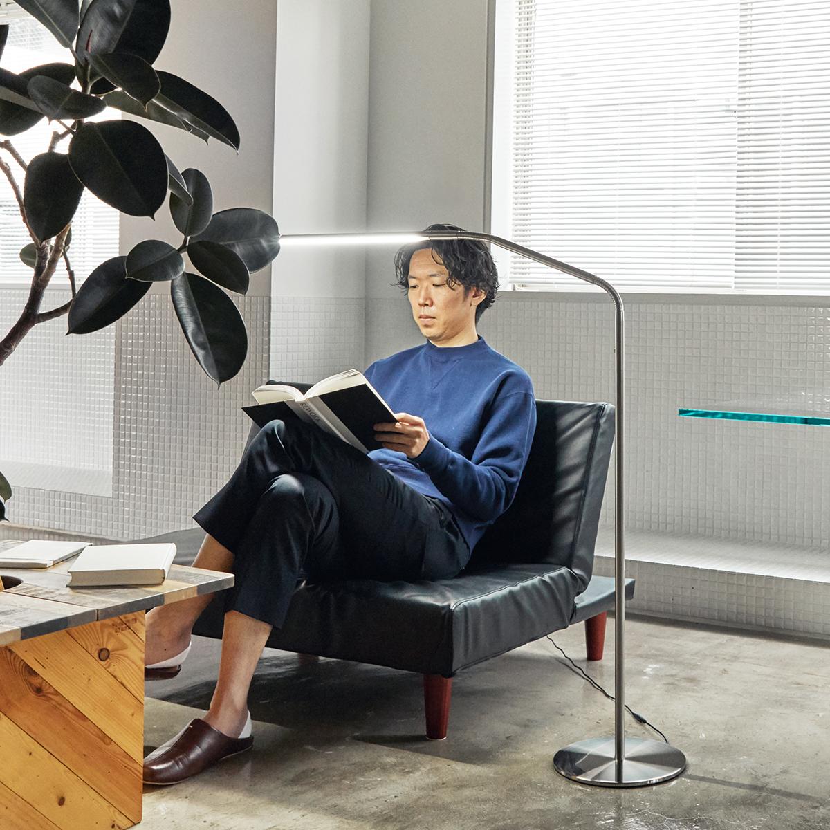 集中しやすい光だから仕事、勉強、作業の効率を上げる。目に優しい太陽光LEDで、読書の世界にどっぷり浸れる。直径2cmの「線」でできた、存在感を感じさせないフロアライト|Daylight - Slimline3