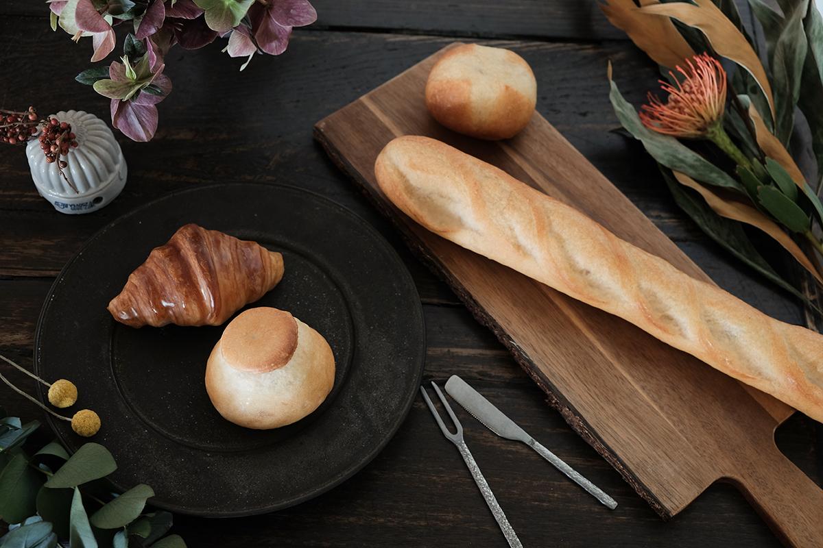 パンへの偏愛から見えた美しい光景。本物のパンがそのままインテリアライトに!置くだけで明かりのオンオフができる「ライト・ランプ・間接照明」|モリタ製パン所「パンプシェード」