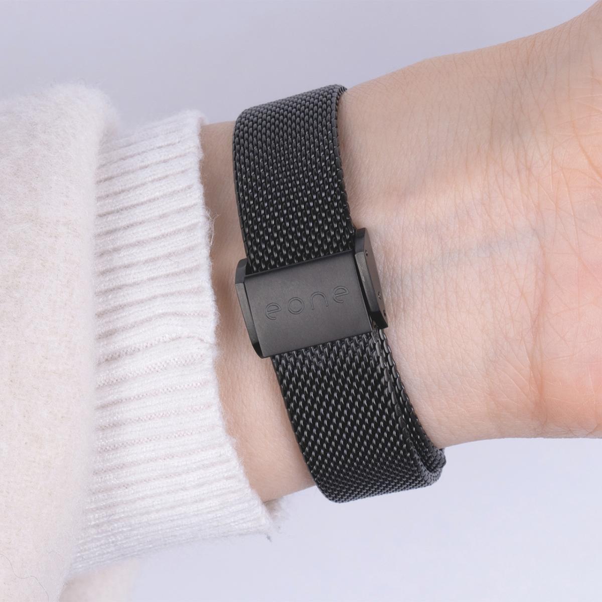 イージーレバーを採用し、着脱と一緒にサイズ調節もできる。腕元におさまるコンパクトな文字盤、軽やかな装着感のメッシュバンド。触って時間を知る「腕時計」| EONE