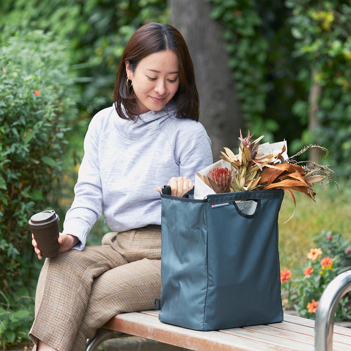 週末、スーパーでのまとめ買いを、劇的にラクにしてくれる。たためる金属フレーム入り!自立するから、柔らかいパンや葉物野菜、花を潰さない「箱型エコバッグ」|ADK Packworks