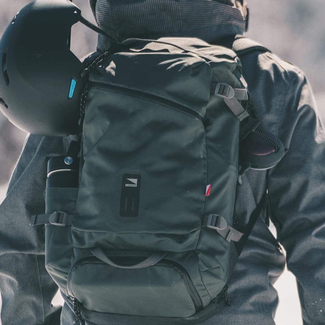 大自然への冒険で磨かれた衝撃吸収構造、アウトドアレジャーでも活躍する防水バックパック|LANDER