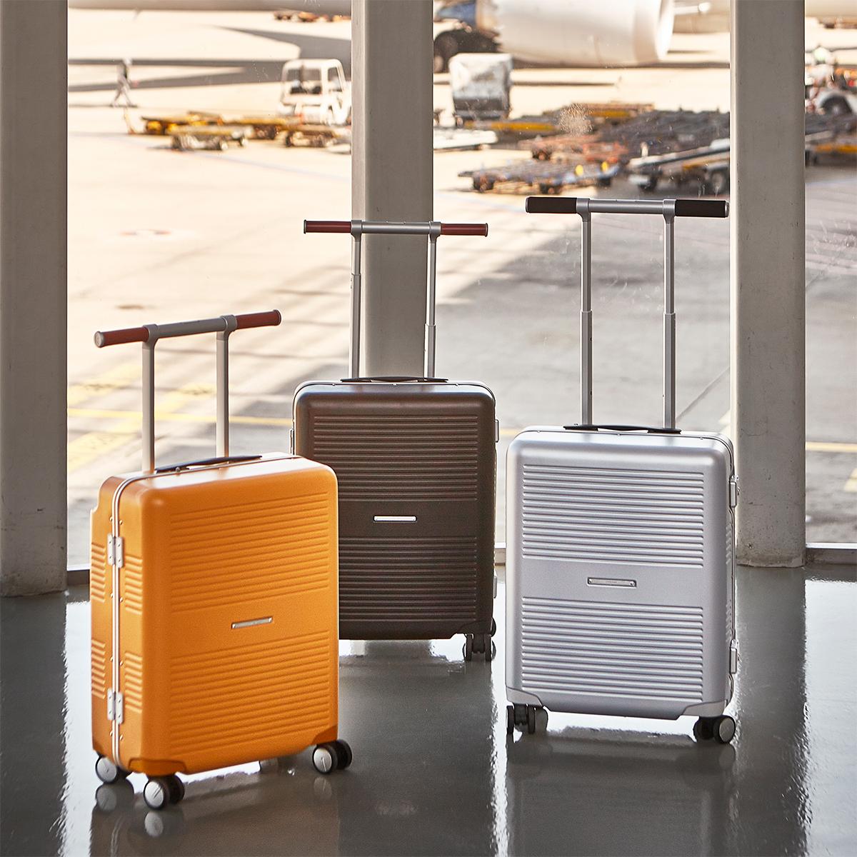 「本質を考え続ける」というデザイン哲学。手を添えるだけで滑らかに走行、気の利く設計であなたの旅路に寄り添うスーツケース(37L・1〜2泊・機内持ち込みサイズ)|RAWROW