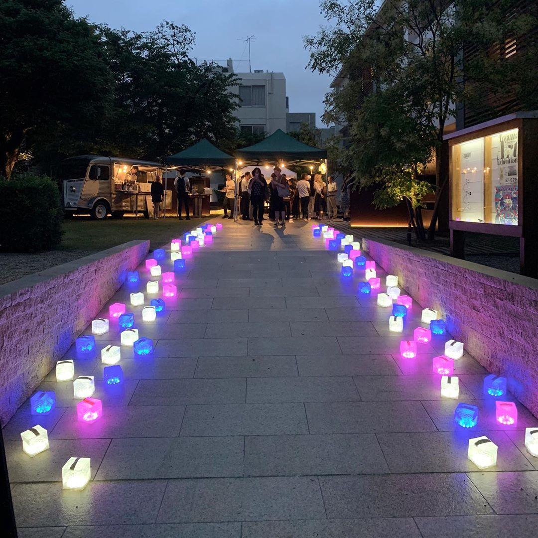 カラフルで幻想的な雰囲気の光のソーラー充電式の畳めるランタン型のライト|carry the sun(キャリー・ザ・サン)