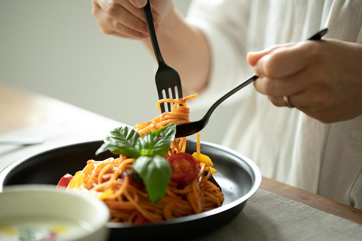 食材や料理を盛れば、その輪郭がくっきりと際立ち、おいしい彩りを引き出してくれる。落としても割れない、黒染めステンレスの食器(フォーク・スプーン)|KURO(96)クロ