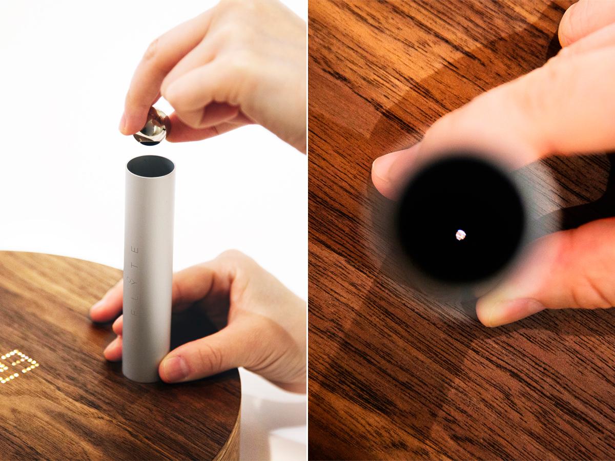 付属の「設置アシスタントパイプ」を使う場合。磁力で浮遊する「時の球体」。あなたの物語を軌道に旅をする時計|Flyte STORY