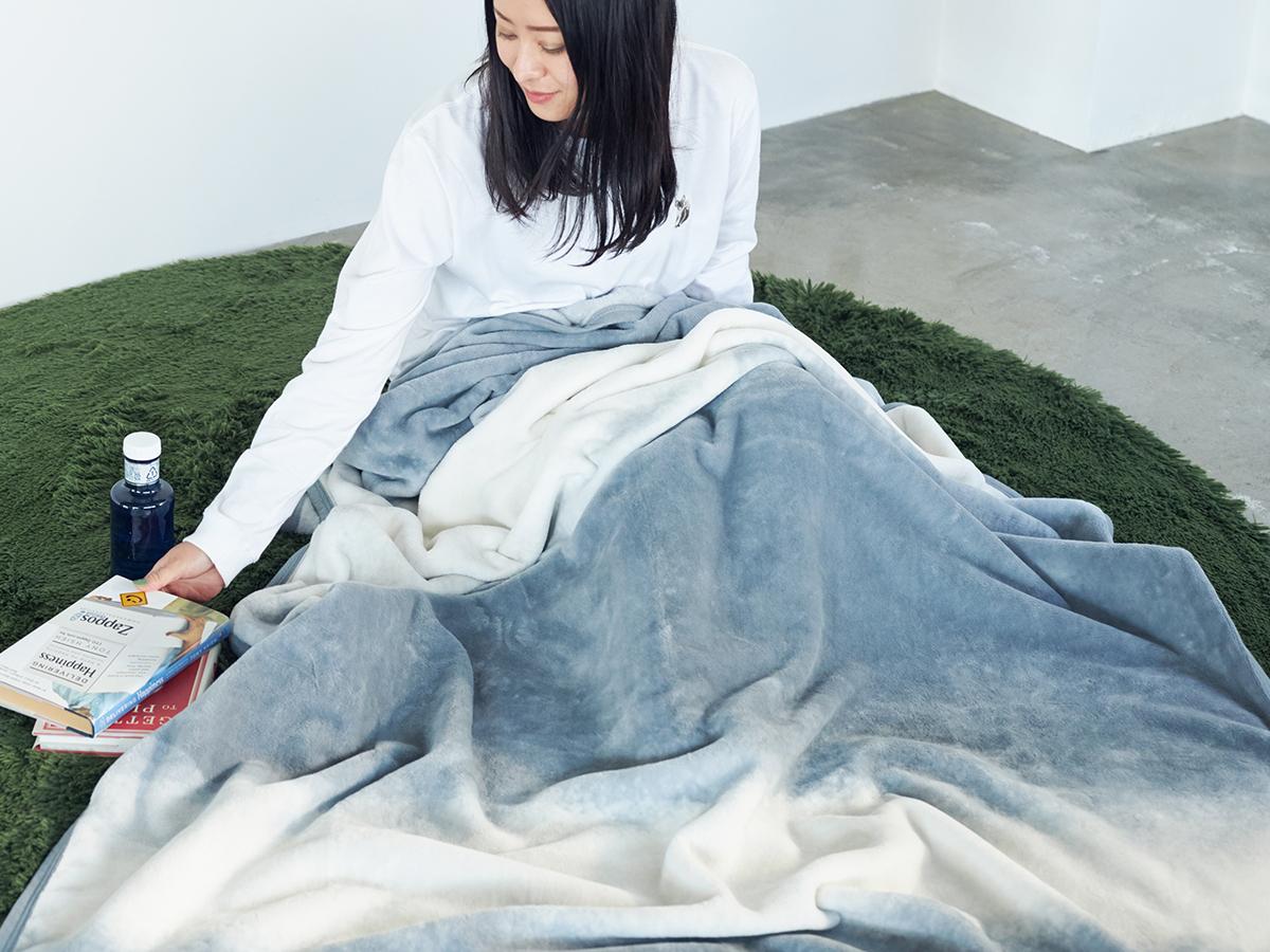 やさしくふわふわの肌触りの綿100%。寝室の空間をセンスよくお洒落でスタイリッシュにしてくれる。肌触りと寝心地の良さで夏も冬も気持ちいい!ニューマイヤー織の綿毛布|FLOOD OF LIGHT(フルード オブ ライト、光の洪水)|LOOM&SPOOL