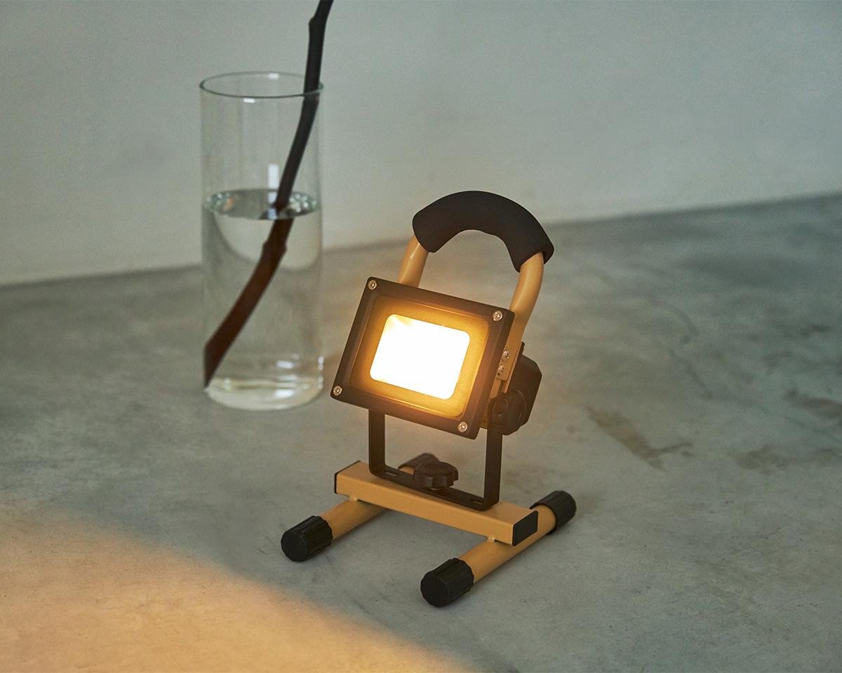 温かみある光で照らしてくれる。家族とのだんらんも、アウトドアにもおすすめ|上下左右に自在に動いて、部屋も庭もドラマチックに照らしてくれる。スマホ充電もできる「LEDスポットライト」|RECHARGE LIGHT