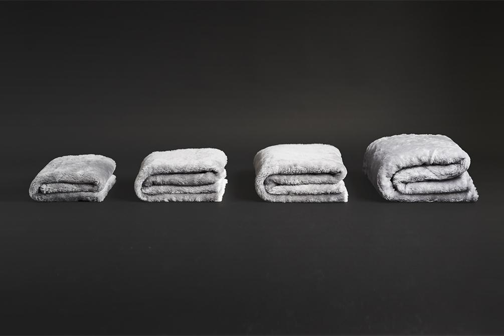 現代の暮しに合う上質な寝具を目指すブランド『LOOM&SPOOL』。癒しグレーが叶える、あったか快眠空間。ふんわり毛足2cmのメリノウールが気持ちいい!軽い掛け心地の「毛布」|SERENE