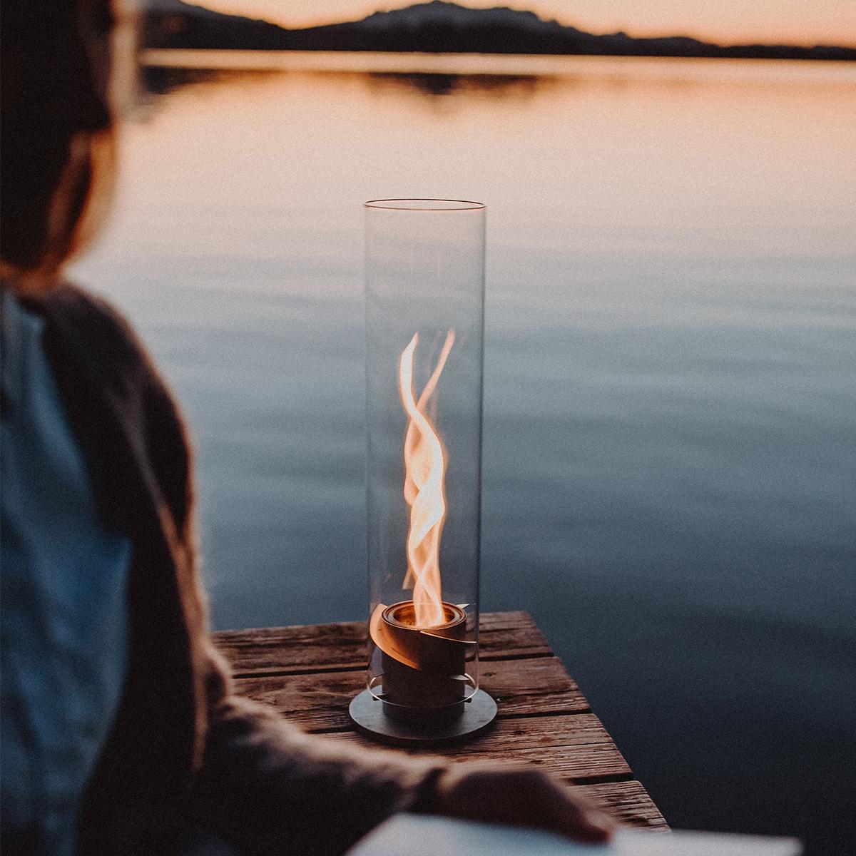 キャンプ場や庭の地面に直接挿してガーデントーチとして楽しむ。煙突効果で炎が廻りながら上昇!煙が出にくい安全燃料の「テーブルランタン&ガーデントーチ」|Hofats SPIN(ホーファッツ スピン)