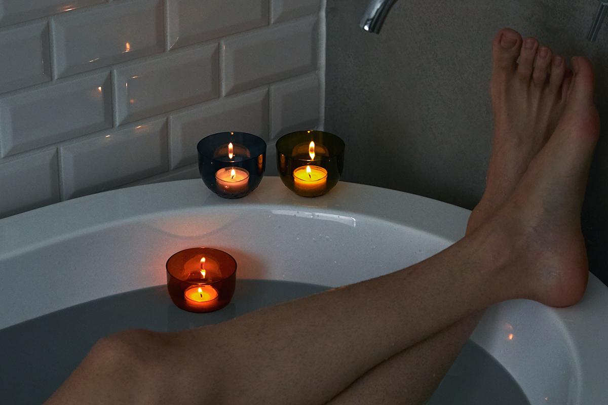 いつものお風呂が、「バスキャンドル」で最高のリセット空間に。頭と体のリセット時間に、浮かべて眺める「癒しの香りつきバスキャンドル」|kameyama(カメヤマ)