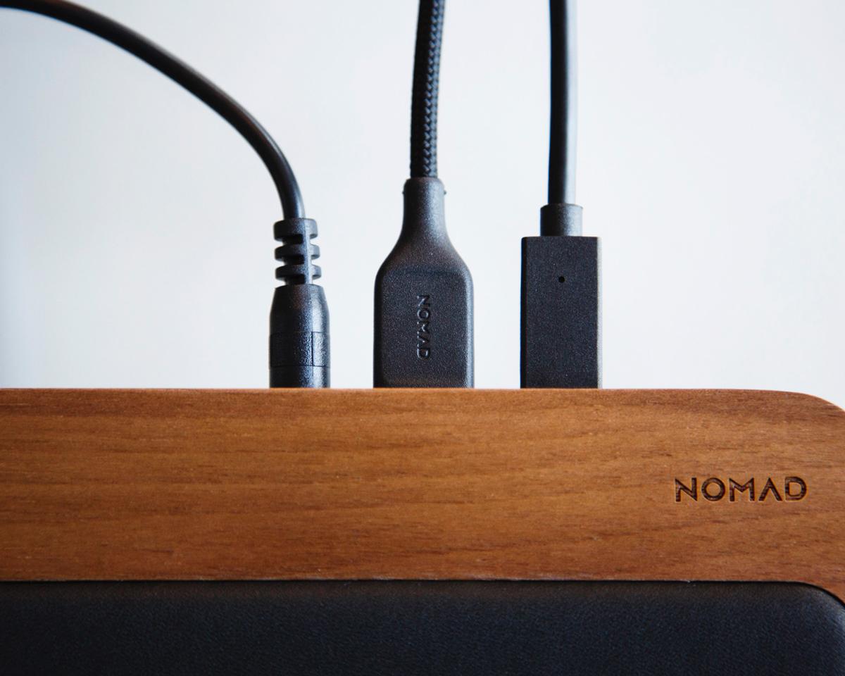 USB-AとUSB-Cポートを搭載。最大4台までのデジタルデバイスの同時充電ができます。iPhone、AirPodsを飾るようにまとめてチャージ、2つのUSBポートを備えたおしゃれな「ワイヤレス充電ベース」| NOMAD | Base Station