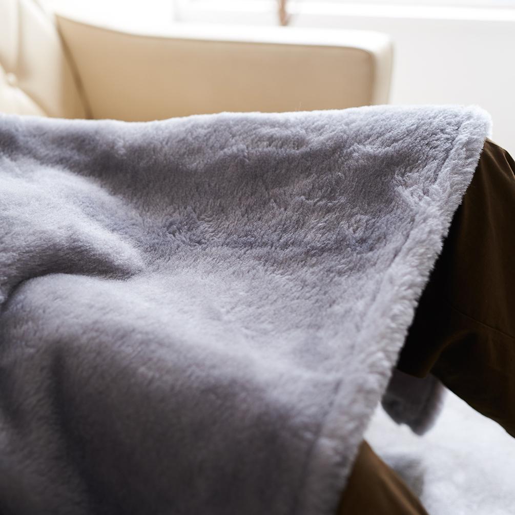 フワッフワの羊が寄り添ったような暖かさ、目に優しいグレーの色味。癒しグレーが叶える、あったか快眠空間。ふんわり毛足2cmのメリノウールが気持ちいい!軽い掛け心地の「毛布」|SERENE